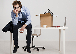 "Young man sitting on the desk - <a href=""http://www.shutterstock.com/fr/pic-140745079/stock-photo-young-man-sitting-on-the-desk-after-being-fired.html?src=YbYWU_1-TNymX0d_vmJC7A-1-5""> iko</a> - ShutterSock"